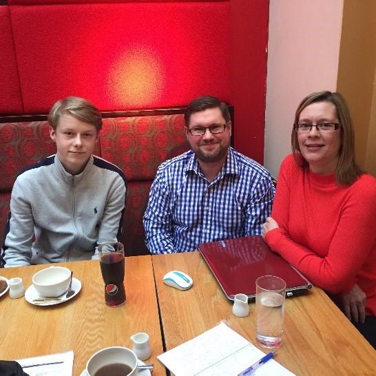 Barry McNamara (keskellä) kollegoineen, vasemmalla Pizza Hutin 16-vuotias oppisopimusopiskelija.
