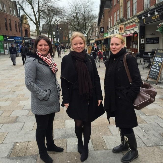 Cathryn Henry (vas.), Terhi Haapaniemi (keskellä) ja Katja Hautala Watfordissa.